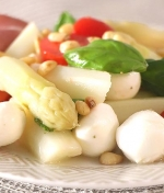 Low Carb Spargelsalat mit Tomaten und Pinienkernen