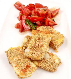 Low Carb Rezept | Camembert in Sesampanade mit Tomatensalat