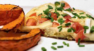 Low Carb Rezept | Kürbisspalten mit Tomaten-Camembert-Schaumomelette