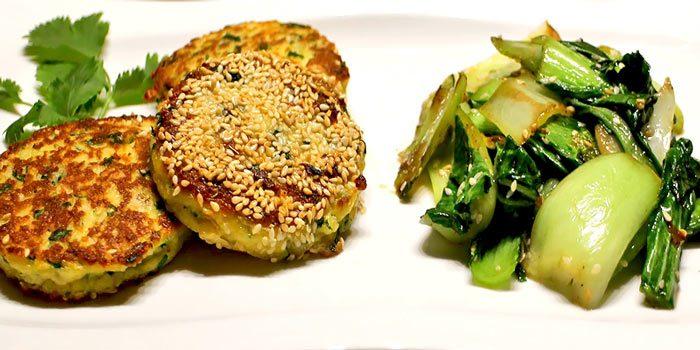 Vegetarisches Low Carb Rezept - Halloumi-Puffer mit Pak Choi