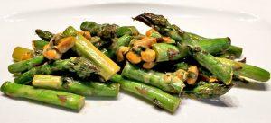 Vegetarisches Low Carb Rezept - Spargel-Erdnuss-Pfanne mit Bärlauch