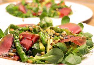 Low Carb Salat mit grünem Spargel, Bündnerfleisch und Mohnbutter