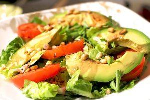 Low Carb Tomaten-Avocado-Salat mit Pinienkernen