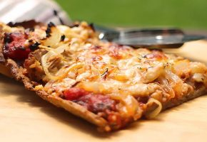 Low Carb Pizza Tonno (Teig aus Mandelmehl und Flohsamenschalen)
