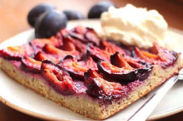 Saftiger Low Carb Zwetschgen-Kuchen (Blechkuchen mit Kokos- & Goldleinsamenmehl)