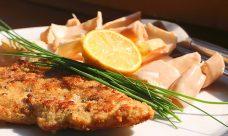 Low Carb Rezept   Chicoree Salat mit paniertem Putenschnitzel
