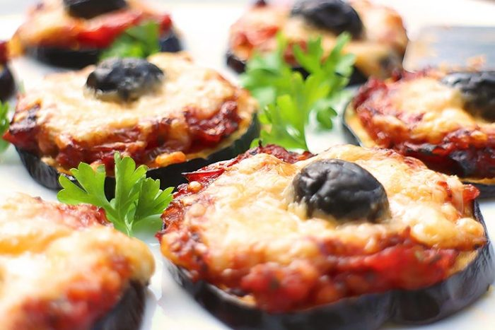 Vegetarische Low Carb Mini-Auberginen-Pizzen
