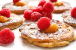 Fluffige Low Carb Apfel-Quark-Pancakes mit Himbeeren
